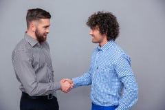Portret dwa przypadkowego mężczyzna robi uściskowi dłoni Zdjęcia Royalty Free
