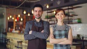 Portret dwa rozochoconego kelnera stoi wśrodku wygodnej kawiarni i patrzeje kamerę, uśmiechnięty Pomyślny biznes, szczęśliwy zbiory wideo
