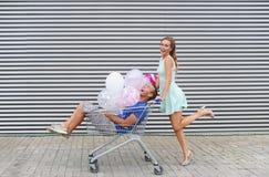 Portret dwa szczęśliwego młodzi ludzie datuje zabawę i ma Zdjęcia Stock
