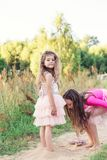 Portret Dwa Szczęśliwej małej dziewczynki ma zabawę i bawić się z piaskiem przy pogodnym letnim dniem zdjęcia royalty free