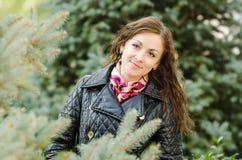 Portret dwadzieścia pięć dziewczyn na tle jedlinowi drzewa fotografia stock