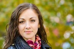 Portret dwadzieścia pięć dziewczyn na tle jesień liście obraz stock