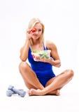 Portret dysponowana zdrowa kobieta je świeżej sałatki Fotografia Stock