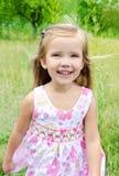 Portret działająca mała dziewczynka na łące Obrazy Royalty Free