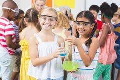 Portret dzieciaki trzyma laborancką kolbę w laboratorium Fotografia Stock