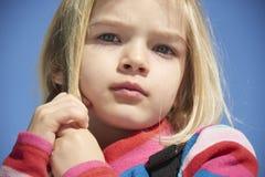 Portret dziecko blondynów dziewczyna Muskać jej włosy Obraz Stock
