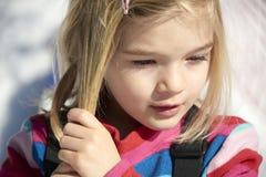 Portret dziecko blondynów dziewczyna Muskać jej włosy Zdjęcia Royalty Free