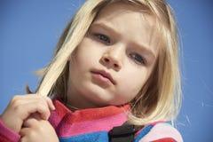 Portret dziecko blondynów dziewczyna Muskać jej włosy Obrazy Stock
