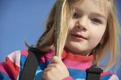 Portret dziecko blondynów dziewczyna Muskać jej włosy Obraz Royalty Free