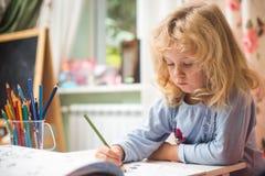 Portret dziecko dziewczyny rysunek z ołówkami obraz royalty free