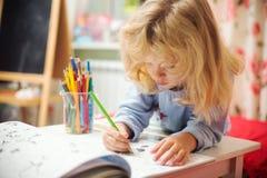 Portret dziecko dziewczyny rysunek z ołówkami obraz stock