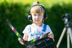 Portret dziecko z TV clapper Telewizyjny numerator zdjęcie stock