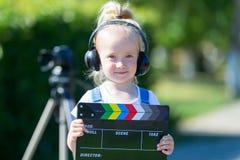Portret dziecko z TV clapper Telewizyjny numerator fotografia royalty free