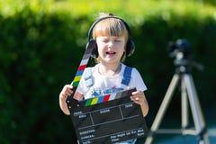Portret dziecko z TV clapper Telewizyjny numerator obrazy royalty free