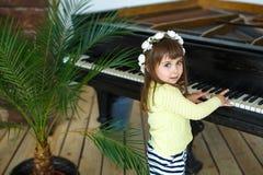 Portret dziewczyna bawić się pianino troszkę Zdjęcie Stock