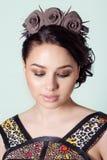 Portret dziewczyna Brunete z włosy promieniem z delikatnym uzupełniał i wianek w jej włosy od czarnych róż z cierniami kołysa Zdjęcie Stock