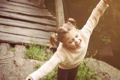 Portret dziewczyna czuje cieszyć się i słońce troszkę obraz royalty free