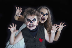 Portret dziewczyna i chłopiec ubierał dla Halloween świętowania zdjęcia stock