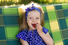 Portret dziewczyna je truskawki troszkę Zdjęcie Royalty Free