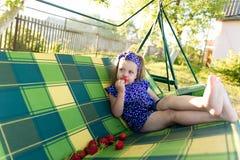 Portret dziewczyna je truskawki troszkę Zdjęcia Stock