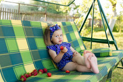 Portret dziewczyna je truskawki troszkę Obrazy Royalty Free