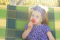 Portret dziewczyna je truskawki troszkę Fotografia Stock