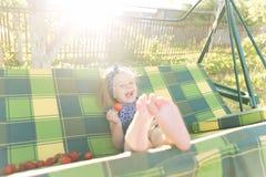 Portret dziewczyna je truskawki troszkę Fotografia Royalty Free