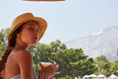 Portret dziewczyna jest drainkig świeżym sokiem, lato góry ziemie Obrazy Royalty Free