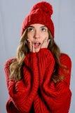 Portret dziewczyna jest ubranym czerwonego pulower i trykotowego kapelusz obraz stock