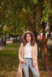 Portret dziewczyna jest ubranym kapelusz i żakiet w jesień parku Obraz Stock