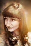Portret dziewczyna jest ubranym hełmofony Obraz Stock