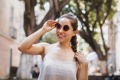 Portret dziewczyna jest ubranym okulary przeciwsłonecznych w kolonialnym mieście w Meksyk lecie Łacińska latynos kobieta lub fotografia stock