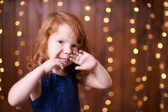 Portret dziewczyna małe dziecko brązowy linii abstrakcyjne tła zdjęcie Obrazy Stock