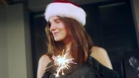 Portret dziewczyna model robi życzeniu z sparklers w ich rękach może target1388_0_ boże narodzenia eps kartoteki kapelusz ablegro zdjęcie wideo