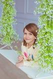 Portret dziewczyna na huśtawce w studiu troszkę Obrazy Stock