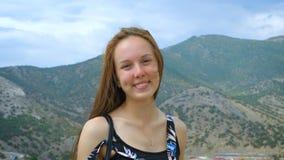 Portret dziewczyna na tle góry i niebo zbiory