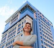 Portret dziewczyna na tle kondygnacja budynek obraz stock