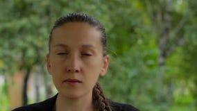 Portret dziewczyna na tle zielony ulistnienie brzoz drzewa w lecie zbiory wideo