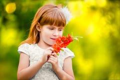 Portret dziewczyna plenerowa w ogródzie wącha flowe troszkę obraz stock