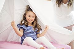 Portret dziewczyna pod pokrywami bielu prześcieradłem zdjęcie stock