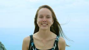Portret dziewczyna przeciw tłu niebo i morze zdjęcie wideo