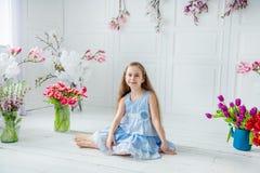 Portret dziewczyna wśród wiosny piękna błękitnooka dziewczyna, troszkę kwitnie w jaskrawym pokoju zdjęcia royalty free