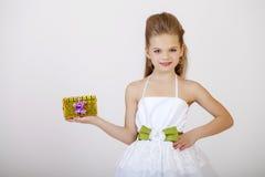 Portret dziewczyna w białej klasyk sukni troszkę Fotografia Stock