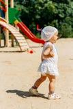 Portret dziewczyna w białej sukni troszkę białym kapeluszu z kwiatami na tle i, biega wokoło miejsca na boisku obraz royalty free