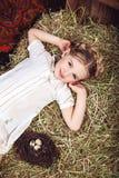 Portret dziewczyna w biel sukni na haystack Obraz Stock