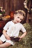 Portret dziewczyna w biel sukni, wieśniaka styl Obraz Stock