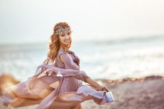 Portret dziewczyna w czarodziejskiego światła sukni na zmierzchu Zdjęcia Royalty Free