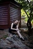Portret dziewczyna w czerni sukni w parku Obraz Royalty Free