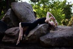Portret dziewczyna w czerni sukni w parku Zdjęcie Stock