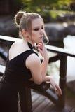 Portret dziewczyna w czerni sukni w parku Obrazy Royalty Free